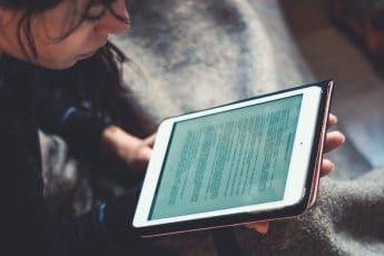 eLearning heeft de plaats ingenomen van de traditionele studiesessies dankzij zijn kostenefficiëntie, flexibiliteit, een onderhoudende onderwijsaanpak, een hoger kennisbehoud en een uitstekende afstemming op individuele bedrijfsbehoeften.